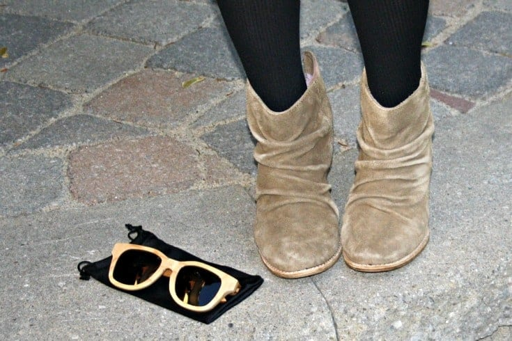 Rodeo boots and wooden sunglasses from Konifer