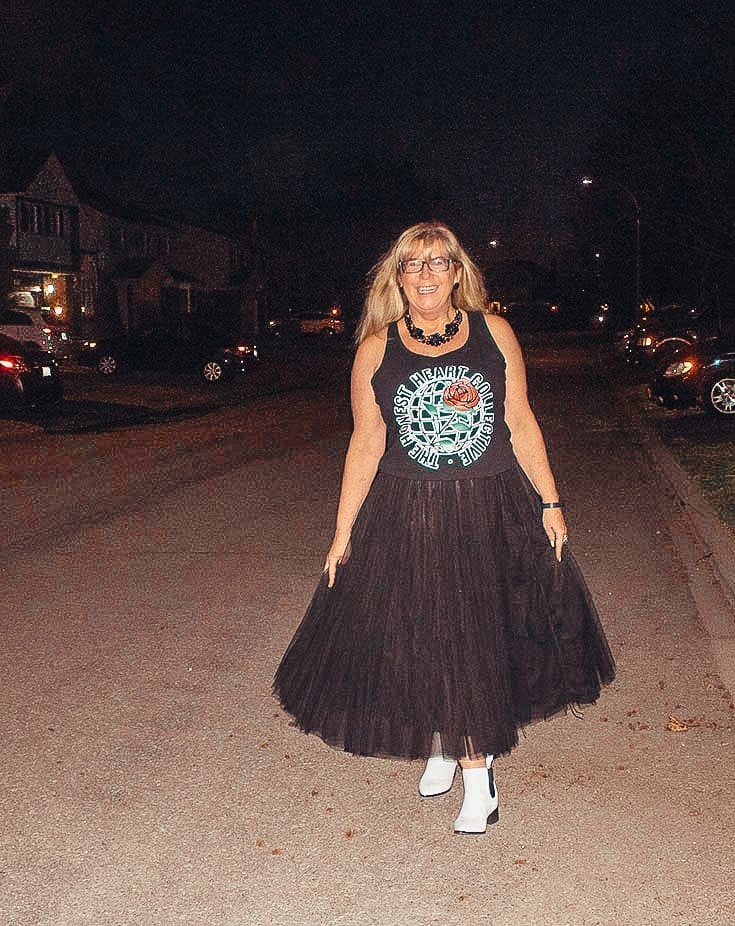 Tulle skirt and a graphic tee with white booties 2