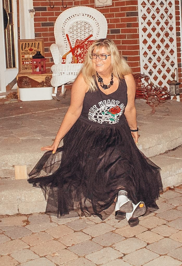 Tulle skirt and a graphic tee with white booties 4
