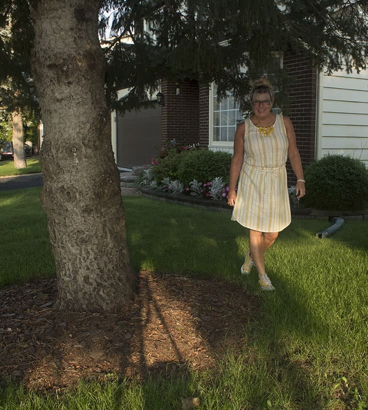 walking in linen shift from old navy and converse